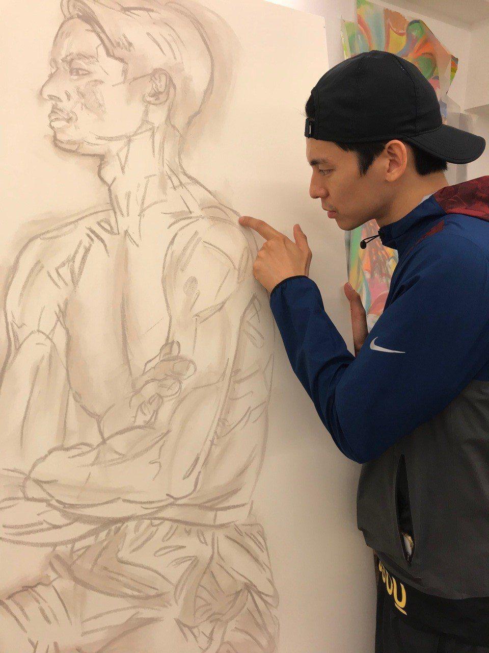 林柏宏裸身讓曲家瑞作畫。圖/周子娛樂提供