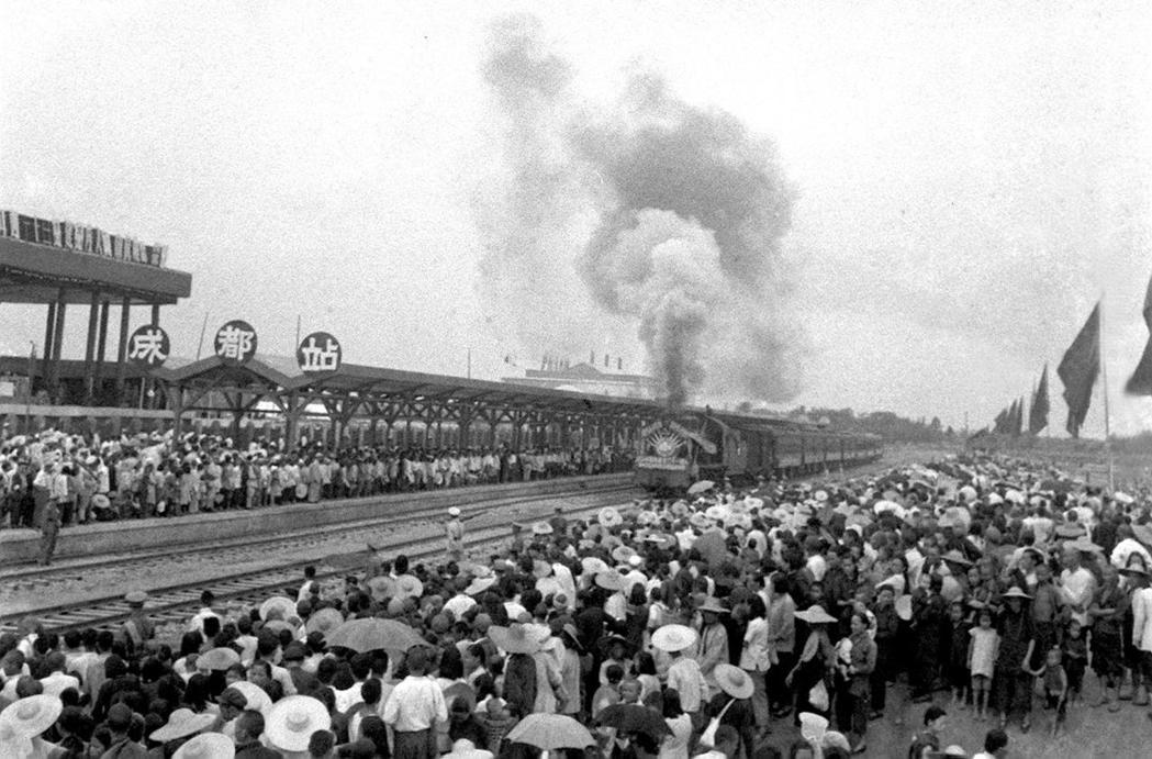 1952年7月1日中國自行修建的第一條鐵路——成渝鐵路第一列火車由重慶開出,在2...