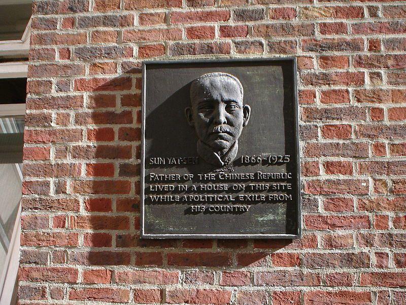 孫中山逃亡於英國倫敦期間的住處,今為紀念有一孫中山的浮雕像。 圖/取自維基百科