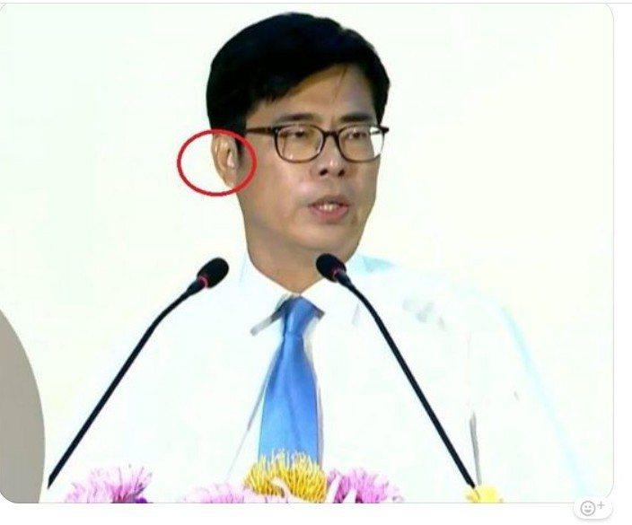 日前選舉辯論會,陳其邁遭質疑帶耳機,他開記者會自清,也委屈落淚,圖為網友截圖。 ...