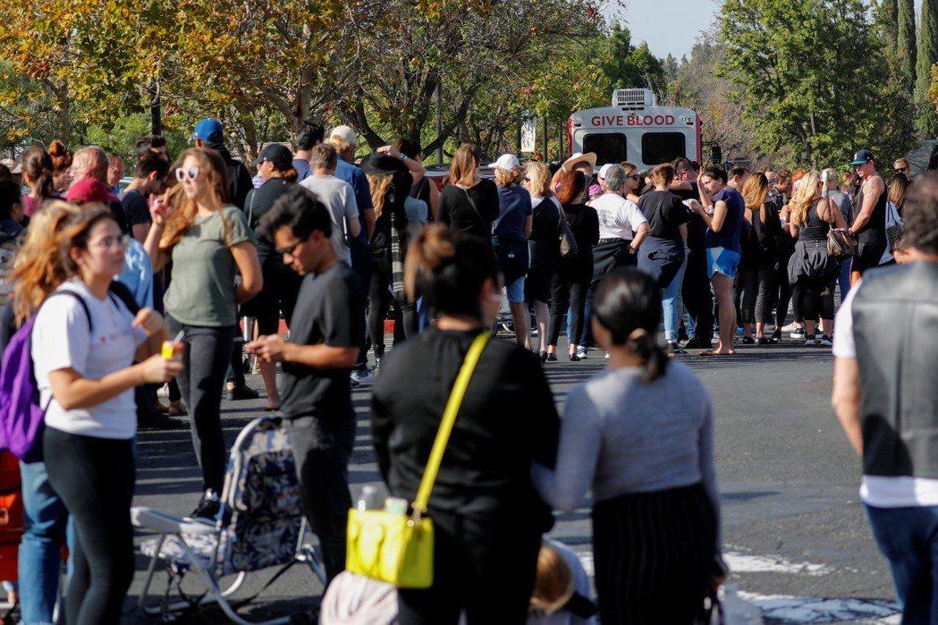 南加州千橡市鄉村音樂吧發生槍擊案後,許多民眾排隊捐血協助搶救傷者。 (路透)