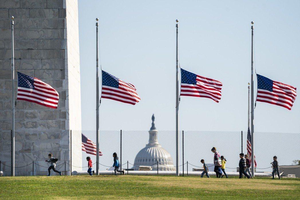 美國華盛頓國家廣場10月30日因匹茲堡猶太會堂槍擊案下半旗。 (歐新社)