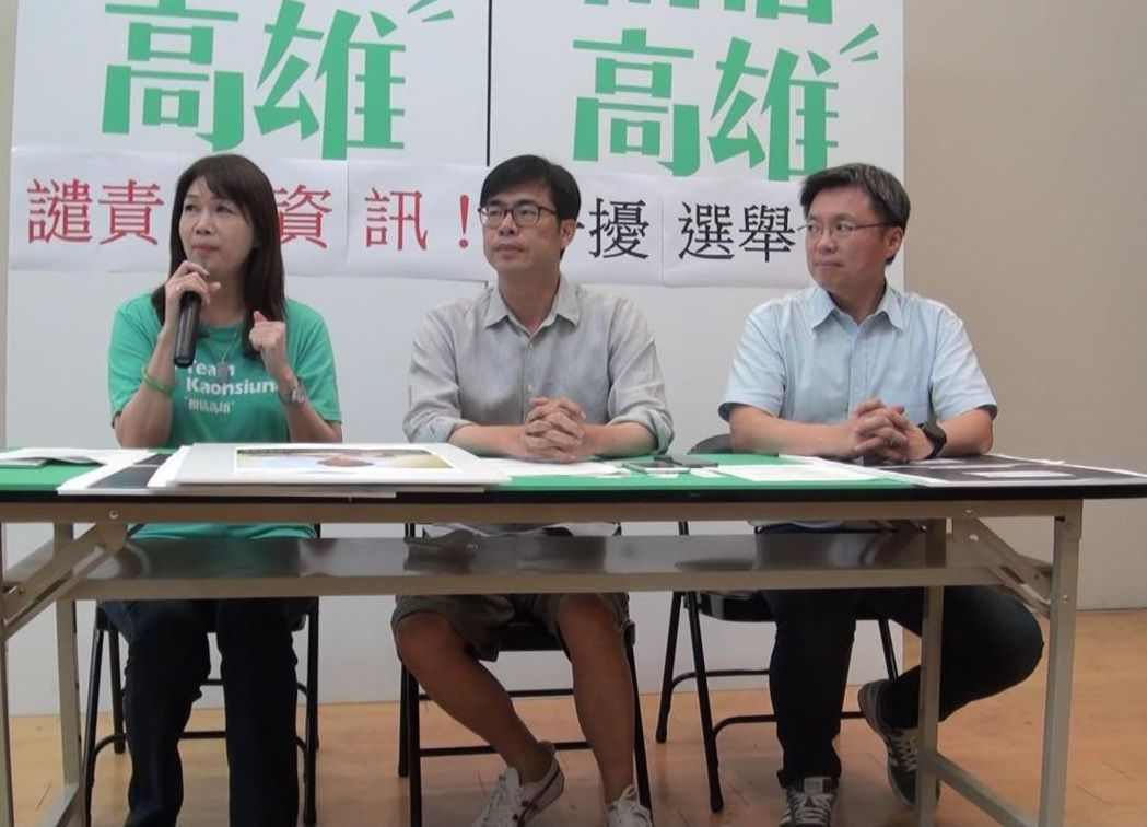民進黨高雄市長陳其邁(中)為了澄清所謂政見會戴耳機是假消息,深夜急著開記者會,連...