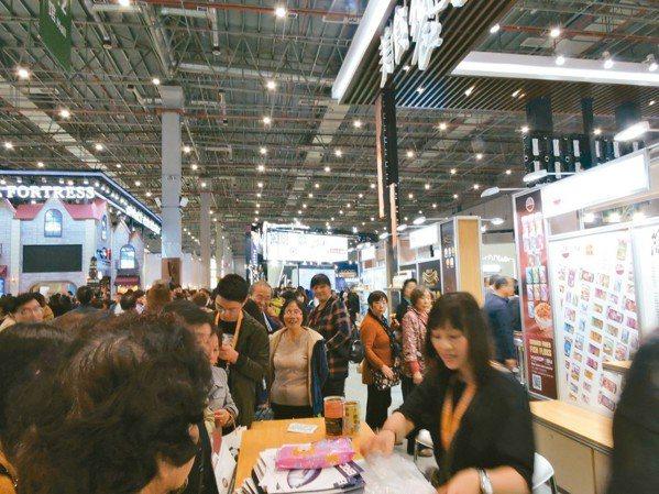 進博會最後一天,台灣食品展區聚滿掃貨人潮。 記者戴瑞芬/攝影