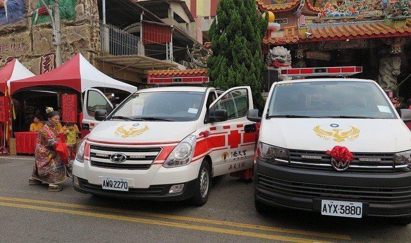 秉持著回饋感恩的心,台中南天宮關聖帝君廟今年再捐贈救護車給消防局,並由法師祈福過...