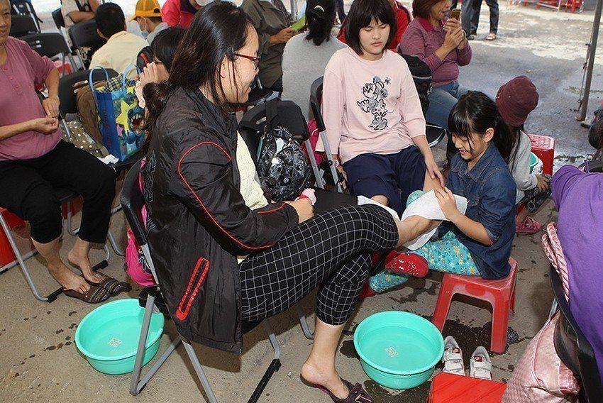 今年有許多小朋友來參加洗腳孝親活動。 臺北市紗帽山溫泉發展協會/提供
