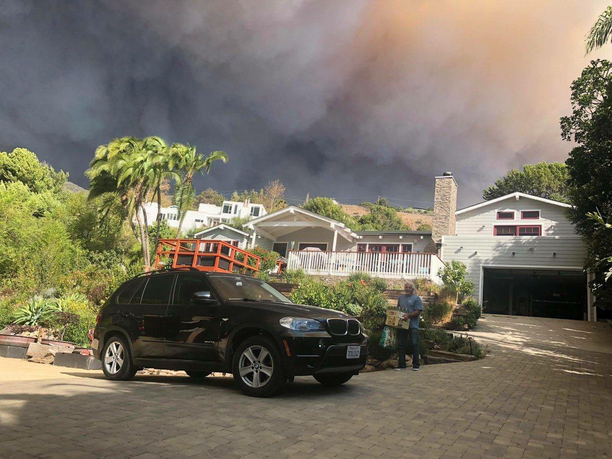 在馬里布大火附近的家園,濃煙蔽空,火光沖天。 圖擷自twitter