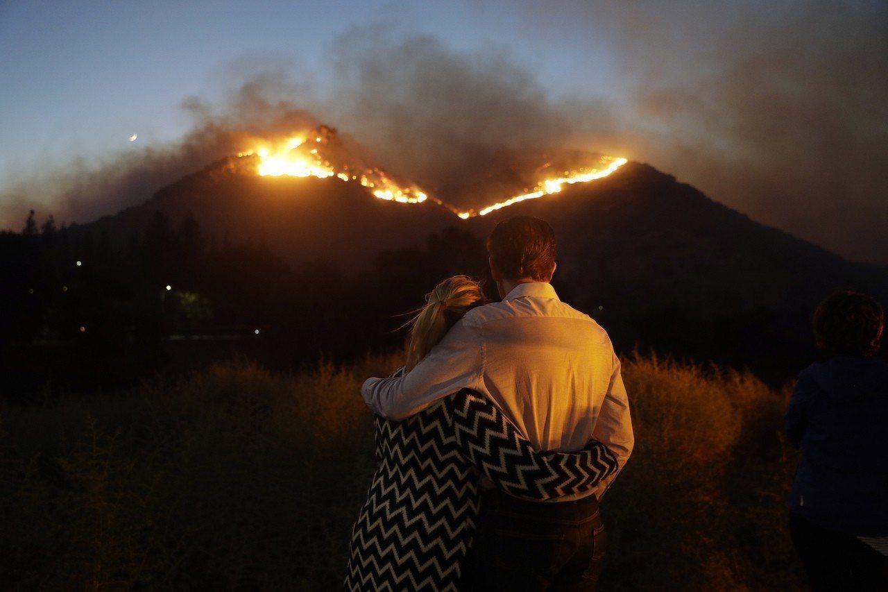 從范杜拉縣西米谷燒進洛杉磯縣的伍斯利大火已造成兩人死亡。 美聯社