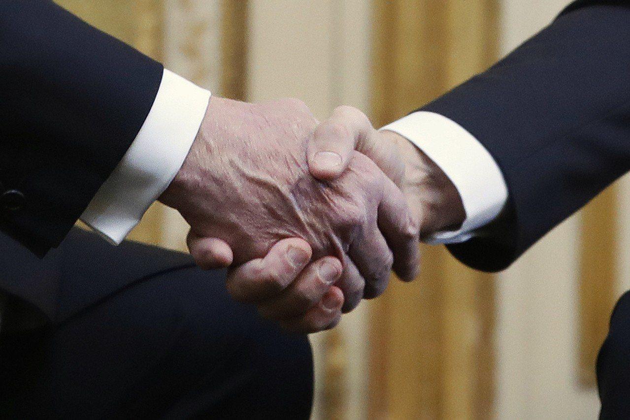 川普、馬克宏會面,企圖消弭建軍說造成的緊張關係。 美聯社