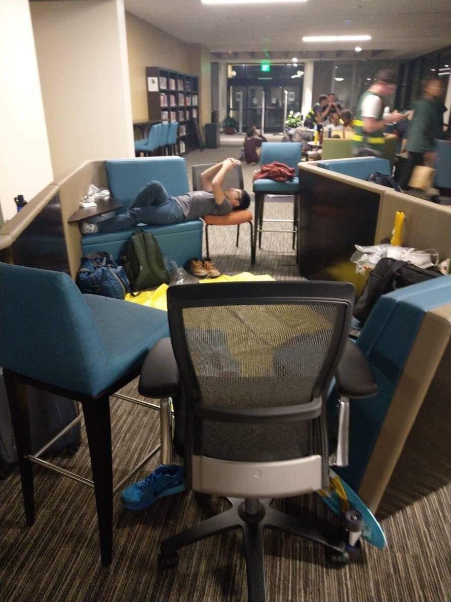 沛普丹大學受大火威脅,華裔學生躺椅過夜。 世界日報記者謝雨珊/翻攝