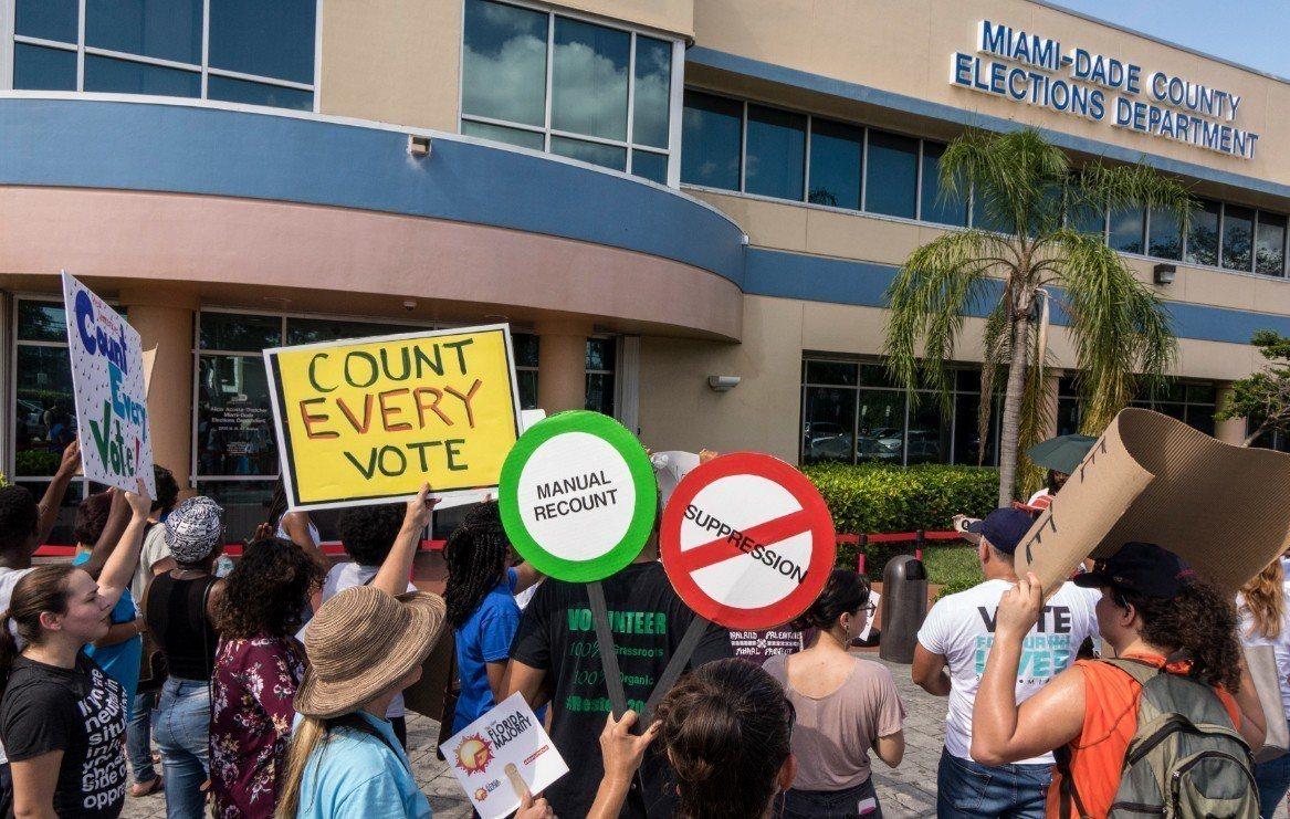 佛羅里達州長與聯邦參議員選舉,陷入計票爭議。群眾在邁阿密戴德選舉部門外抗議要求重...