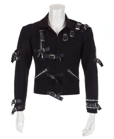 朱力安拍賣公司宣布,流行音樂天王麥可傑克森首場個人巡迴演唱會「飆」所穿的代表性黑外套,以29萬8000美元(約新台幣925萬元)落槌,是原本開價的大約3倍。路透社報導,昨天這場拍賣會的商品包括美國傳...