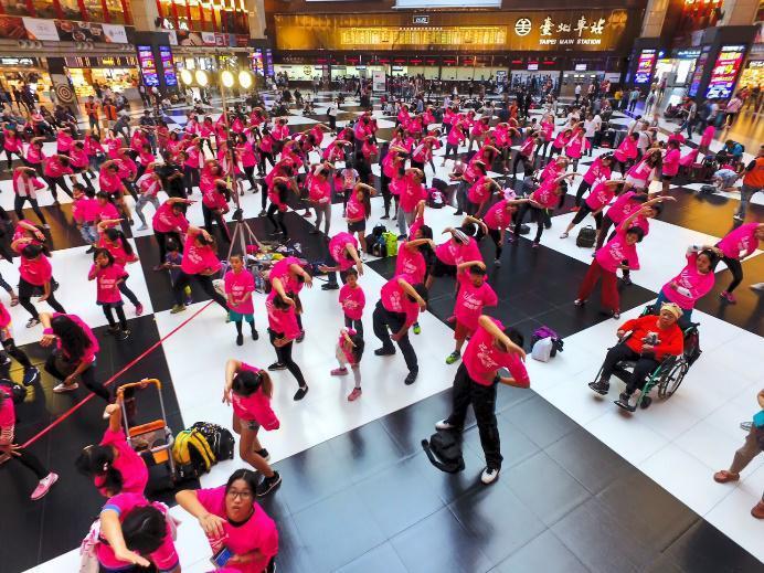 250位新住民女性朋友齊聚北車大廳,派對有氧high翻天。司格特國際運動行銷提供