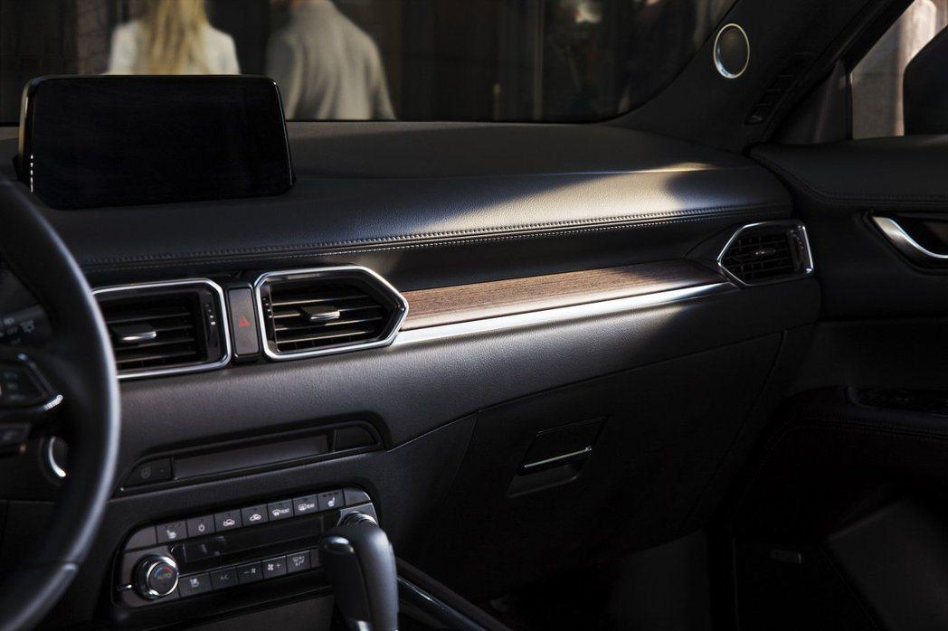 高質感的木紋飾板,拉高車室整體質感。 摘自MAZDA