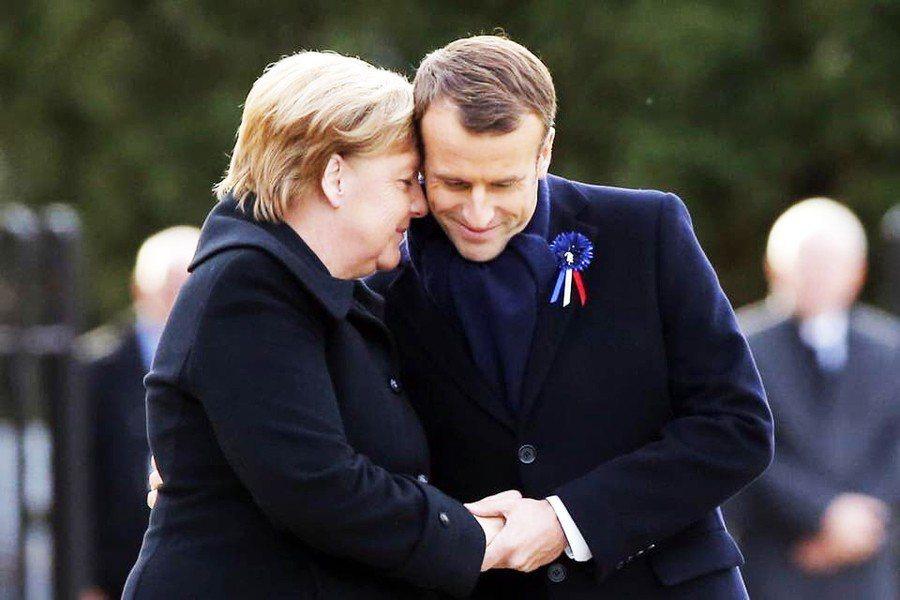 法國總統馬克宏與德國總理梅克爾握手擁抱,以表兩國堅固的友誼。(photo by ...
