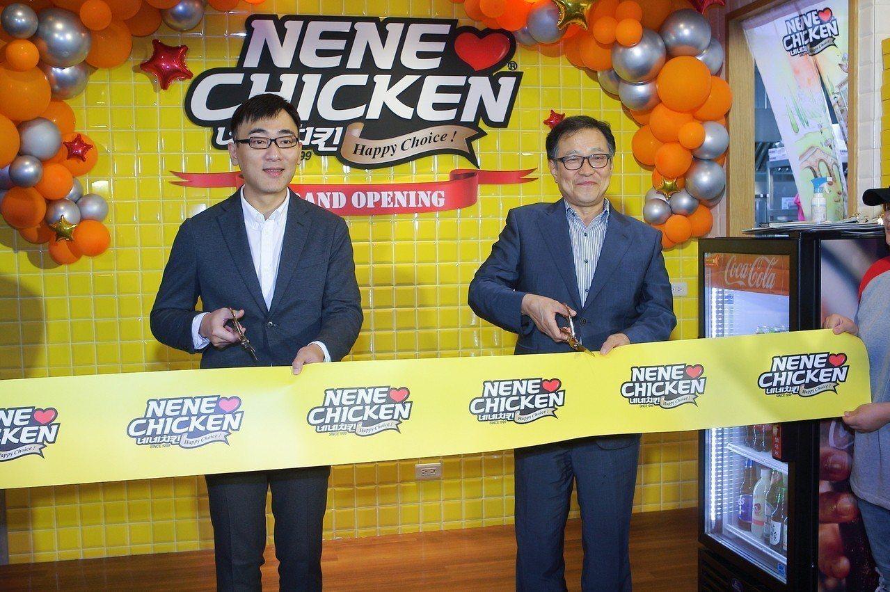 NeNe Chicken韓國總裁玄哲浩(右)專程來台參與開幕儀式。