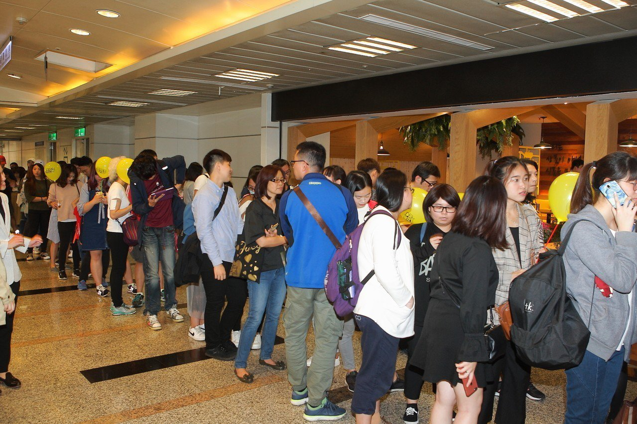 NeNe Chicken首間店開幕前即聚集長長排隊人龍。
