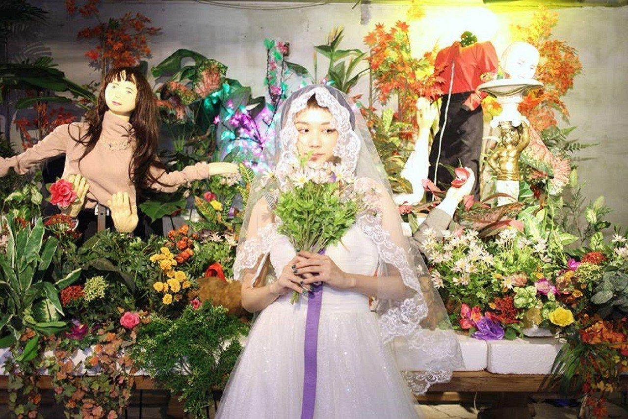 藝術家倪瑞宏的藝術計畫「我想要嫁給我自己婚紗攝影集」,打破傳統婚紗必須有新郎入鏡...