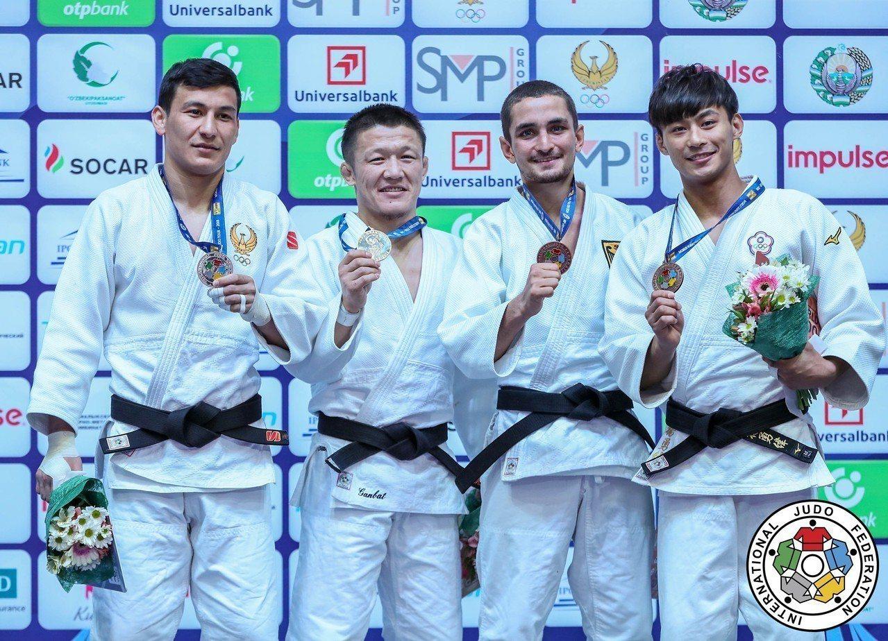 楊勇緯(右)在2018烏茲別克世界柔道大獎賽摘銅。圖/擷取自IJF官網