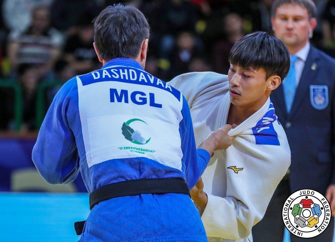 楊勇緯(右)在敗部擊敗蒙古選手摘銅。圖/擷取自IJF官網