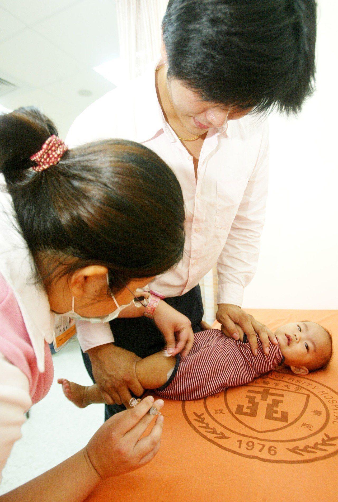 醫師指出,孩子的大腦發育在六歲以前是黃金期,甚至有研究指出一歲前的神經發展就是孩...