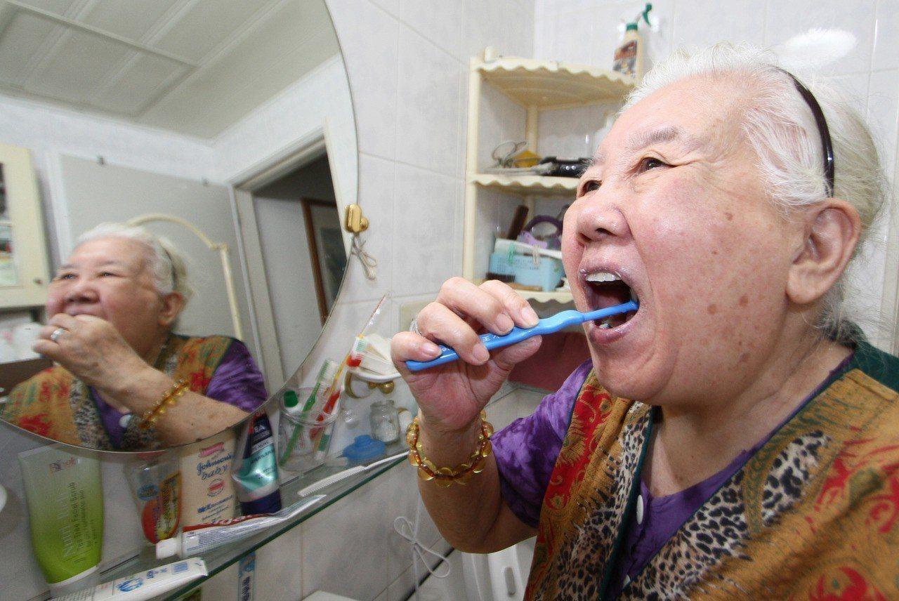 最新研究發現,長者口腔照護不佳,如果缺牙不補,將增加五成失智風險。圖/本...