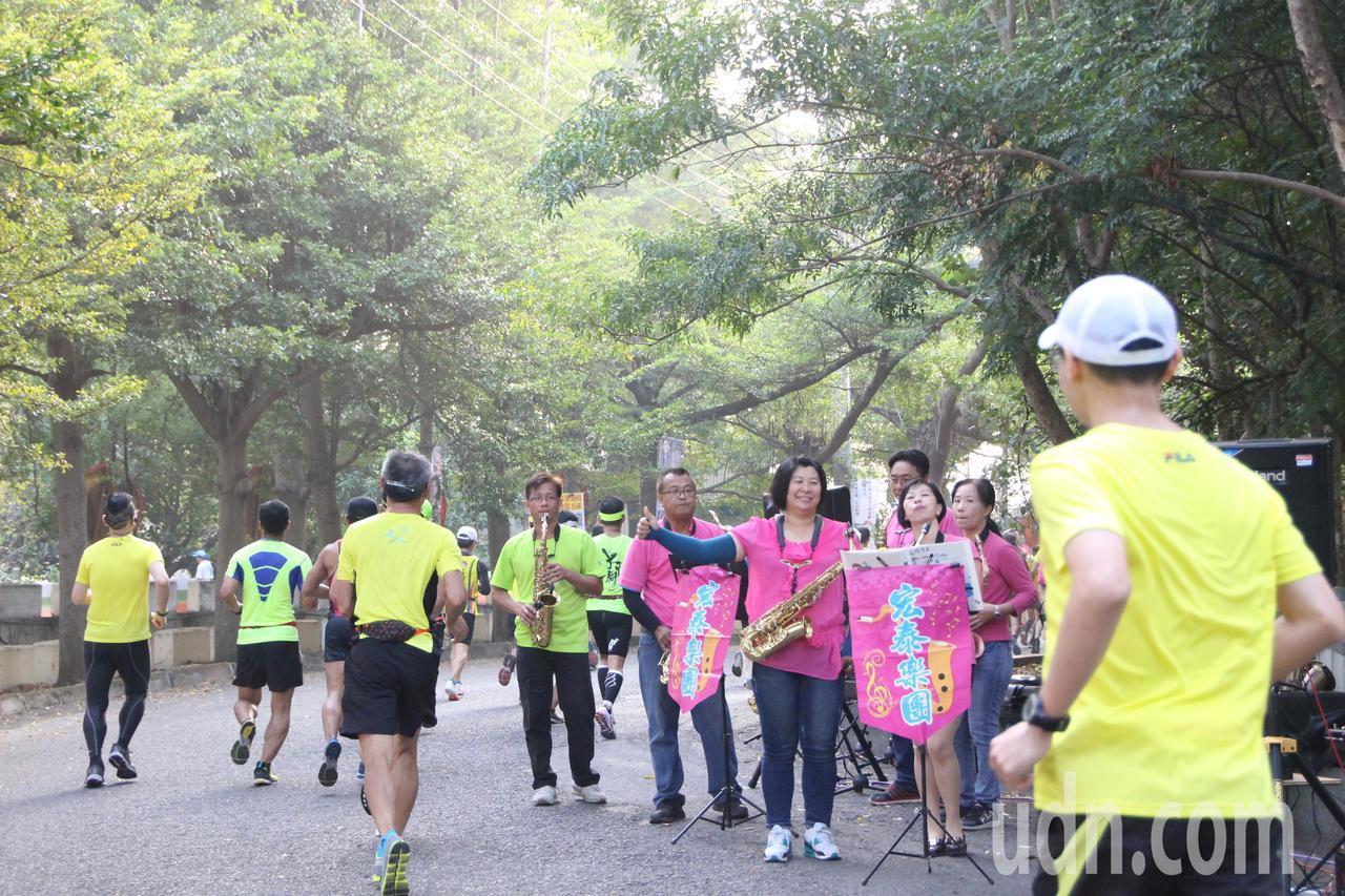 田中馬拉松賽道上擠滿了加油團。記者林敬家/攝影