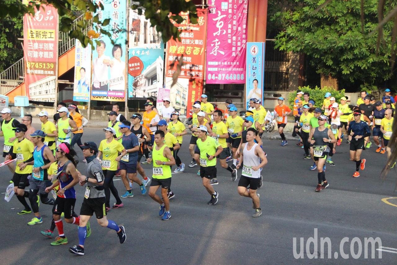 田中馬拉松今年有1萬6千多人參賽。記者林敬家/攝影