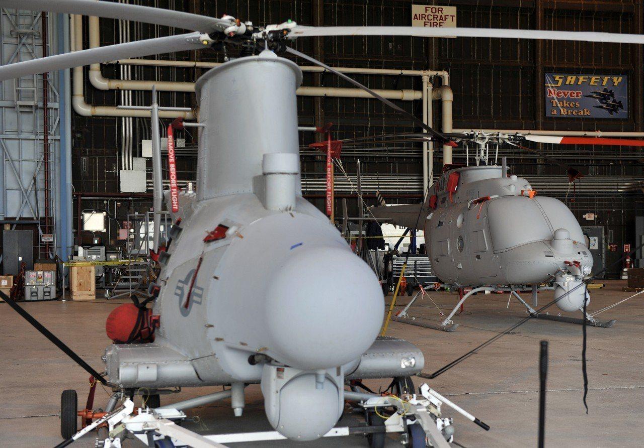 圖為美國海軍MQ-8B(左)與MQ-8C無人直升機。圖/U.S Navy pho...