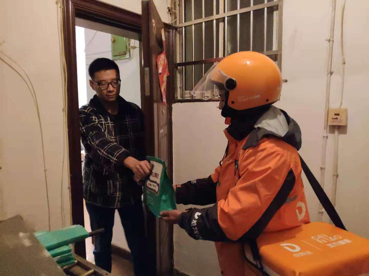 杭州男子在雙11凌晨網購下單5分後,就收到今年天貓雙11阿里健康藥品。(照片/澎...