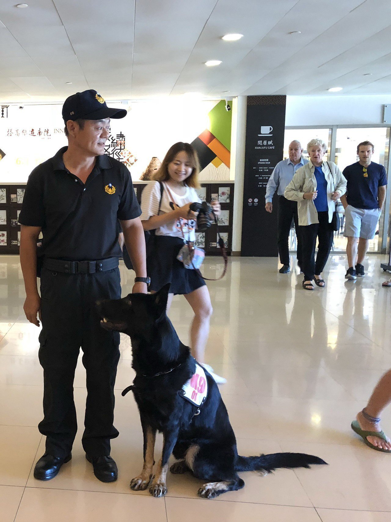 故宮領犬員呂益助和警犬隊大將「來福」,民眾看到狗狗都很開心。記者何定照/攝影