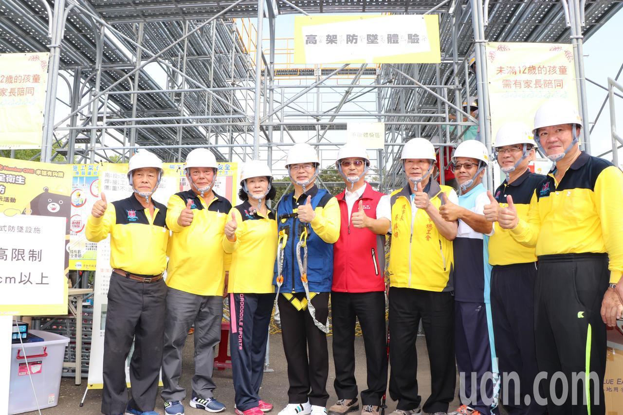 台南市勞工局今天在新營體育場辦理「職業安全危害預防體驗展示活動」,宣導職業安全重...