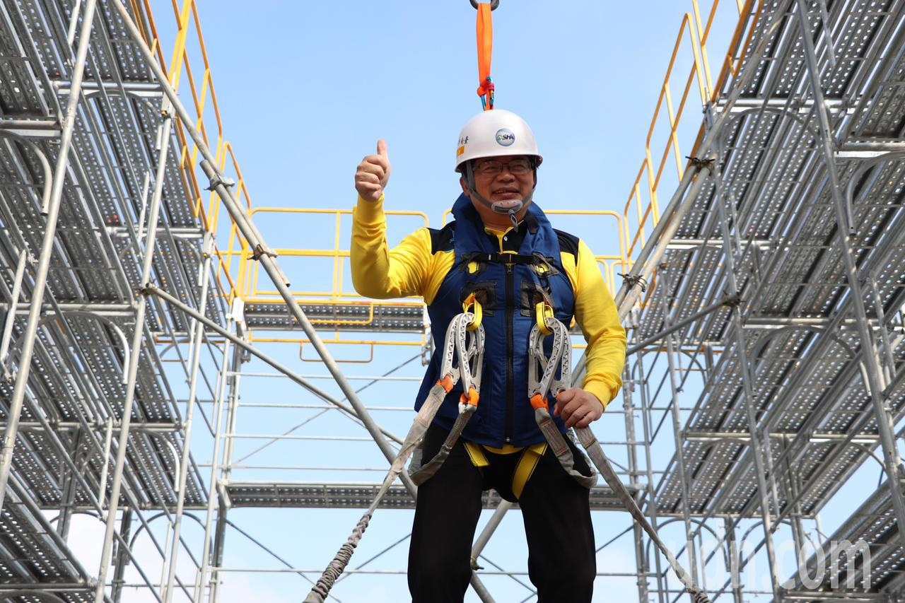 台南市政府勞工局今天在新營體育場辦理「職業安全危害預防體驗展示活動」,代理市長李...