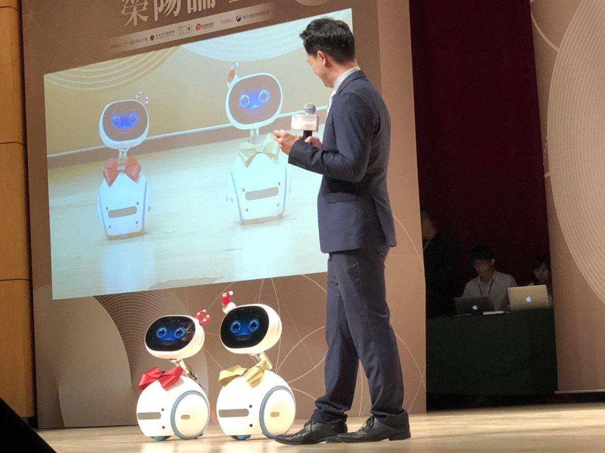 榮陽論壇上,外型可愛的華碩Zenbo智慧機器人,也化身助理主持人,展現AI新科技...