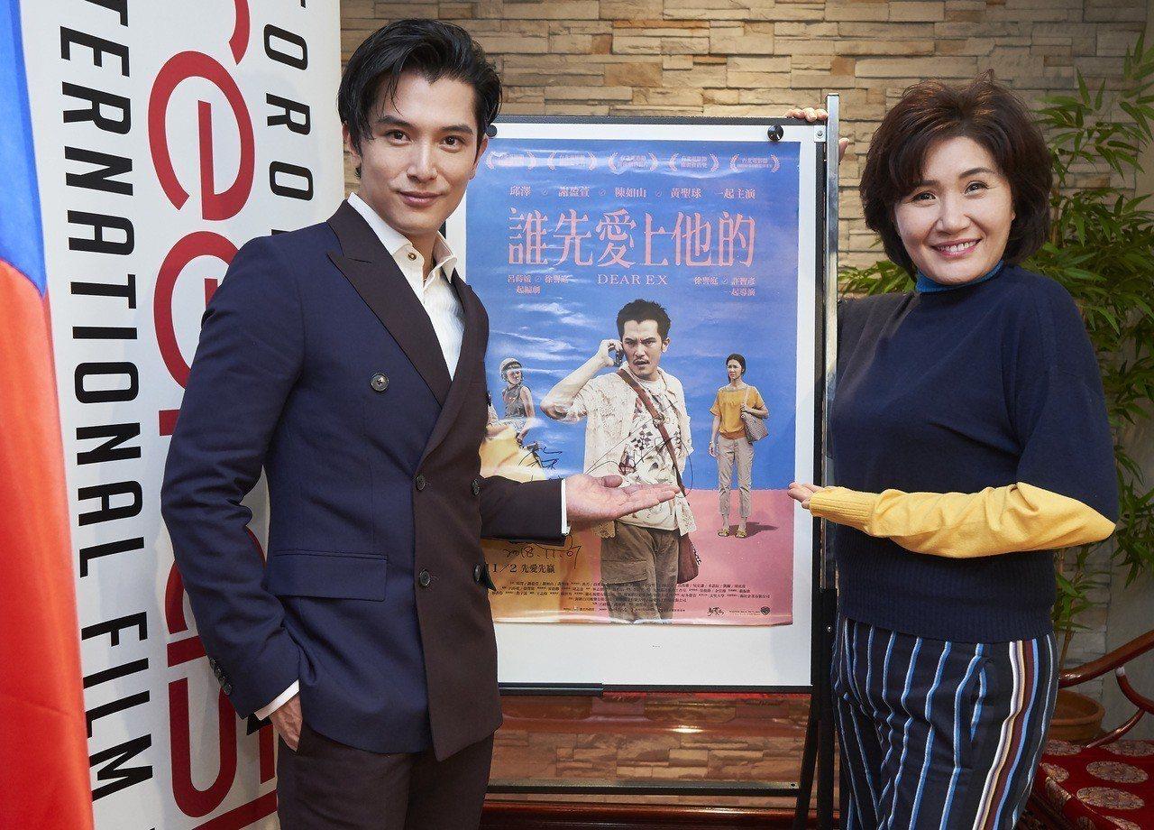 邱澤穿棗紅與海軍藍雙色雙排釦西裝出席「誰先愛上他的」在多倫多亞洲國際影展首映會。...