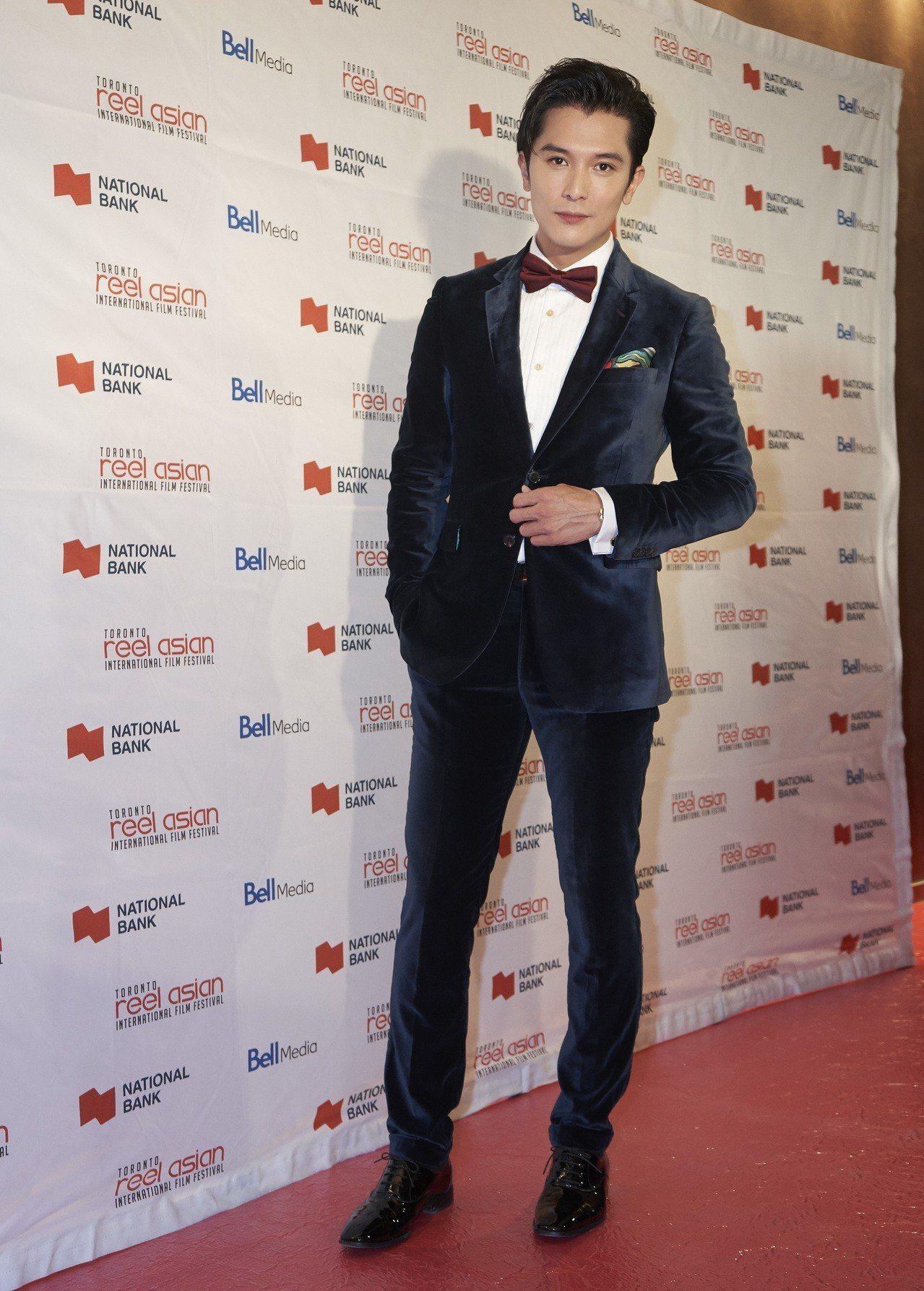 邱澤穿輕質天鵝絨夜空藍色雙釦西裝登上第22屆多倫多亞洲國際影展紅毯。圖/Paul...