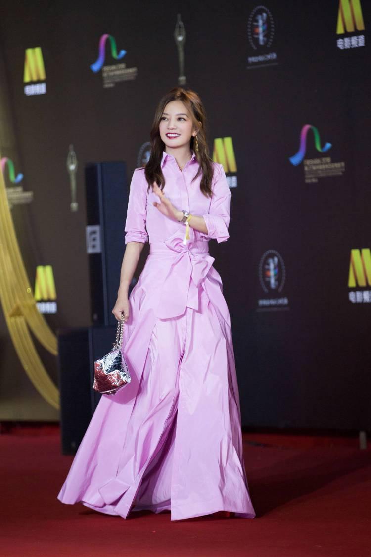 趙薇身穿川普女兒愛牌Carolina Herrera的粉紅色禮服,硬挺的布料與腰...