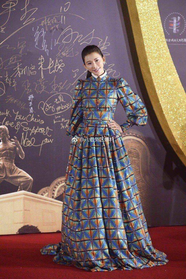 林志玲選穿Gucci秋冬的復古印花禮服,圖騰像是窗簾設計,高領和蓬袖以及腰部的裝...