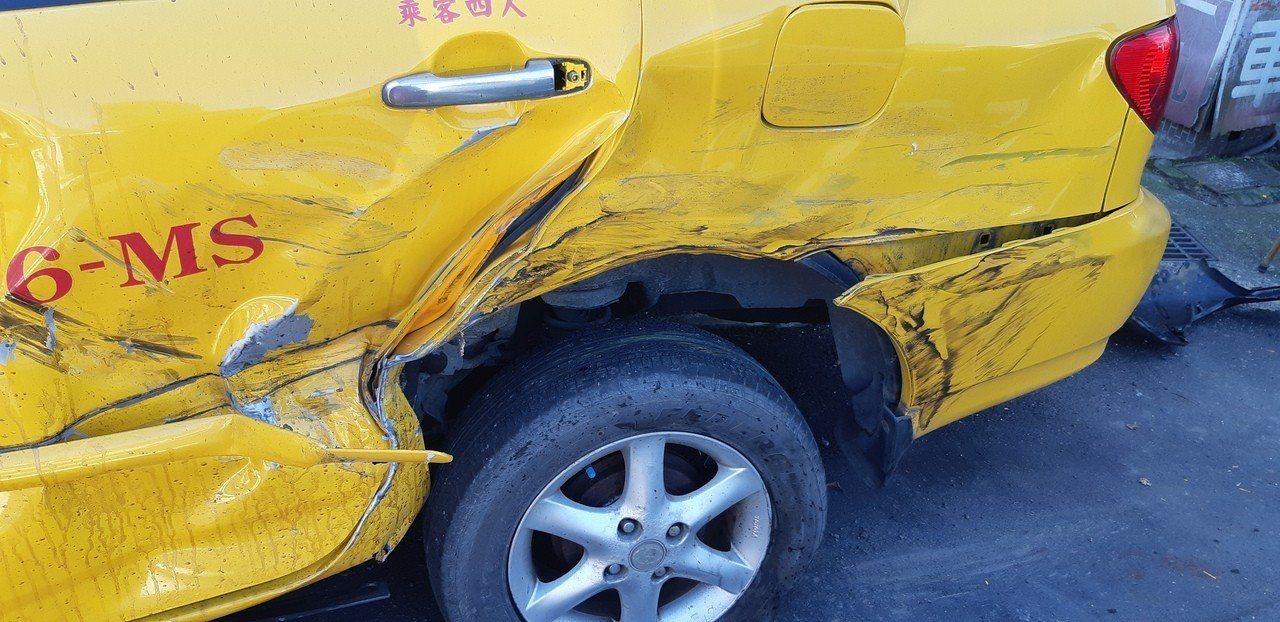 計程車停放在車行外,卻慘遭失控小客車波及。記者賴郁薇/攝影