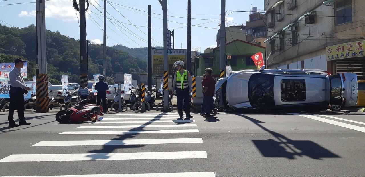 小客車失控駛向外側車道,一連追撞3輛汽機車及行人,最後側翻90度。記者賴郁薇/攝...