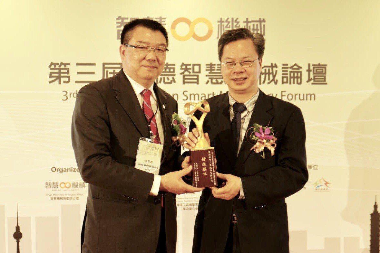 經濟部政務次長龔明鑫(右)頒獎給漢翔董事長廖榮鑫。