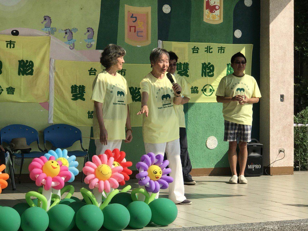 台北市雙胞胎協會理事長張玨(右二)表示,期以活動喚起大眾對雙多胞胎養育的重視外,...