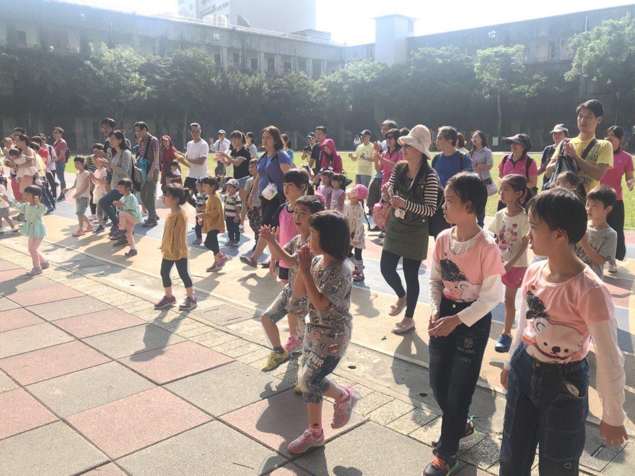 台北市雙胞胎協會今上午在東門國小舉行雙胞胎日,逾150組雙胞胎家庭參與,以園遊闖...