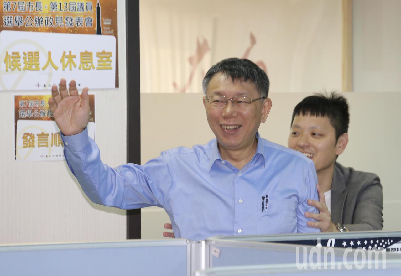 台北市長侯選人電視政見發表會下午舉行,柯文哲(圖)向媒體記者的鏡頭前揮手致意。聯...
