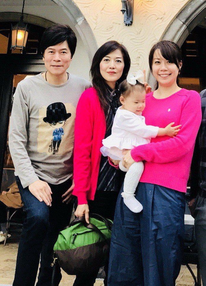 洪榮宏(左起)到日本探望大妹、小妹。圖/宏遠音樂提供