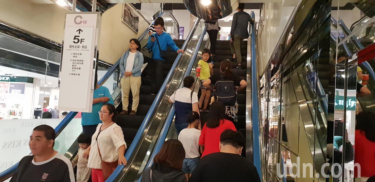 台中中友百貨公司今天發生二婦人搭電扶梯摔傷意外。記者游振昇/攝影