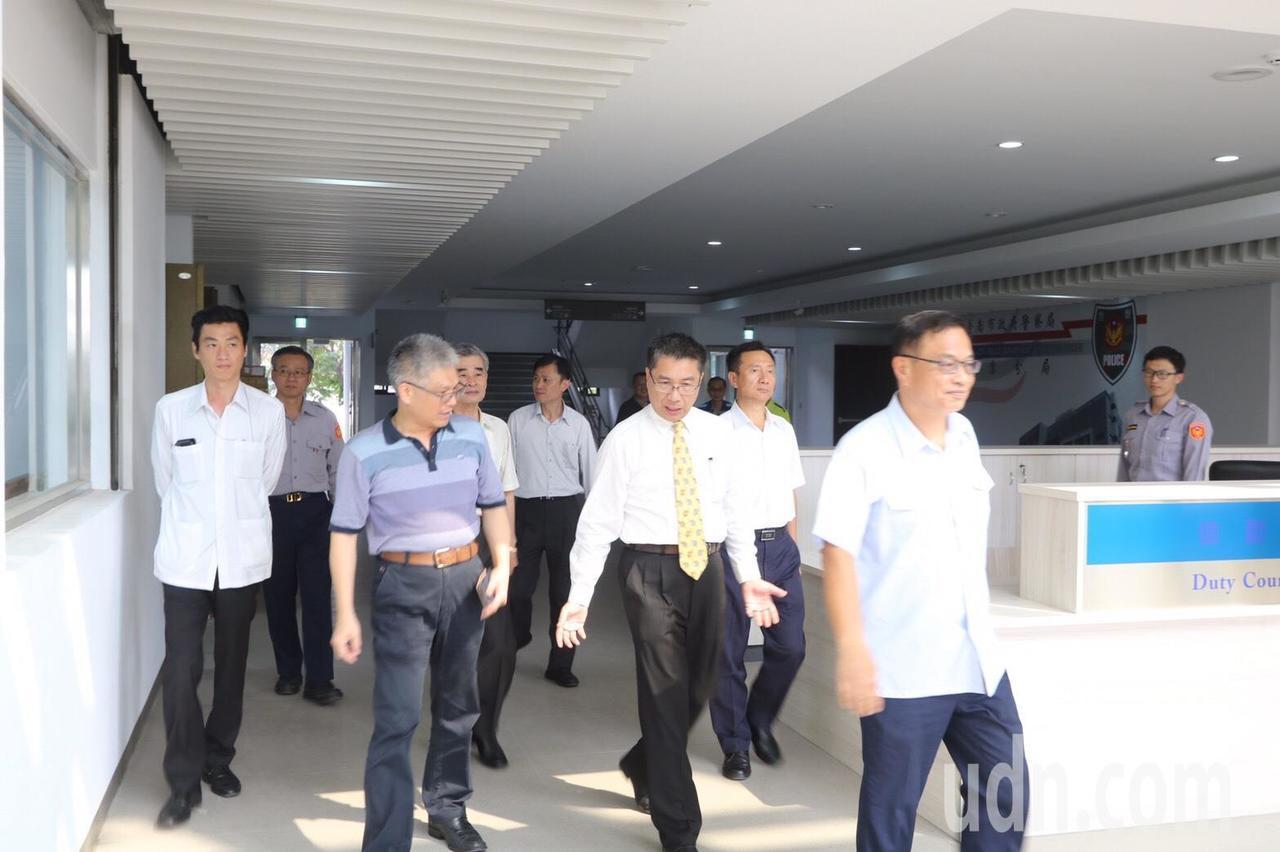 內政部長徐國勇(右2)今天到新建永康警分局慰勉員警辛勞。圖/永康警分局提供