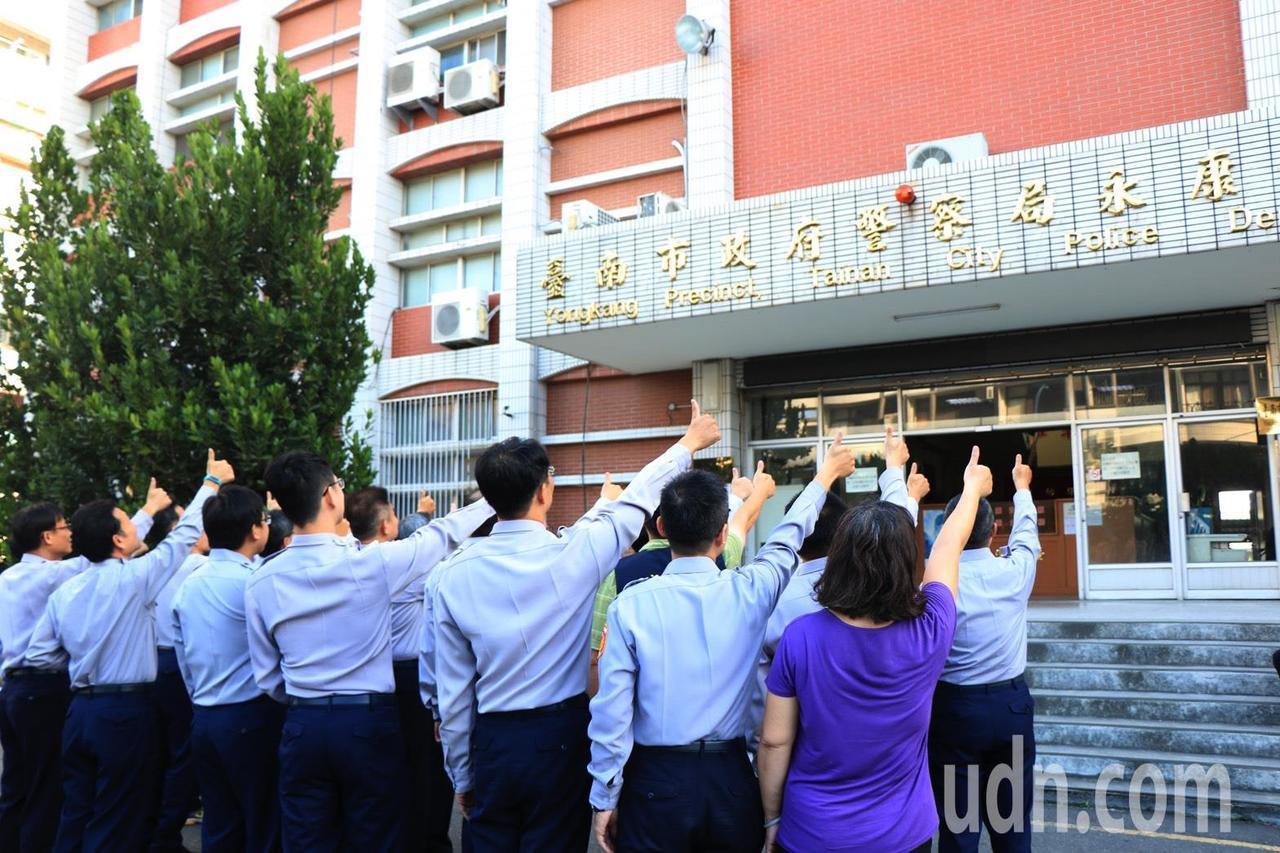 員警集體比讚,告別感恩龍埔街永康舊警分局。圖/永康警分局提供