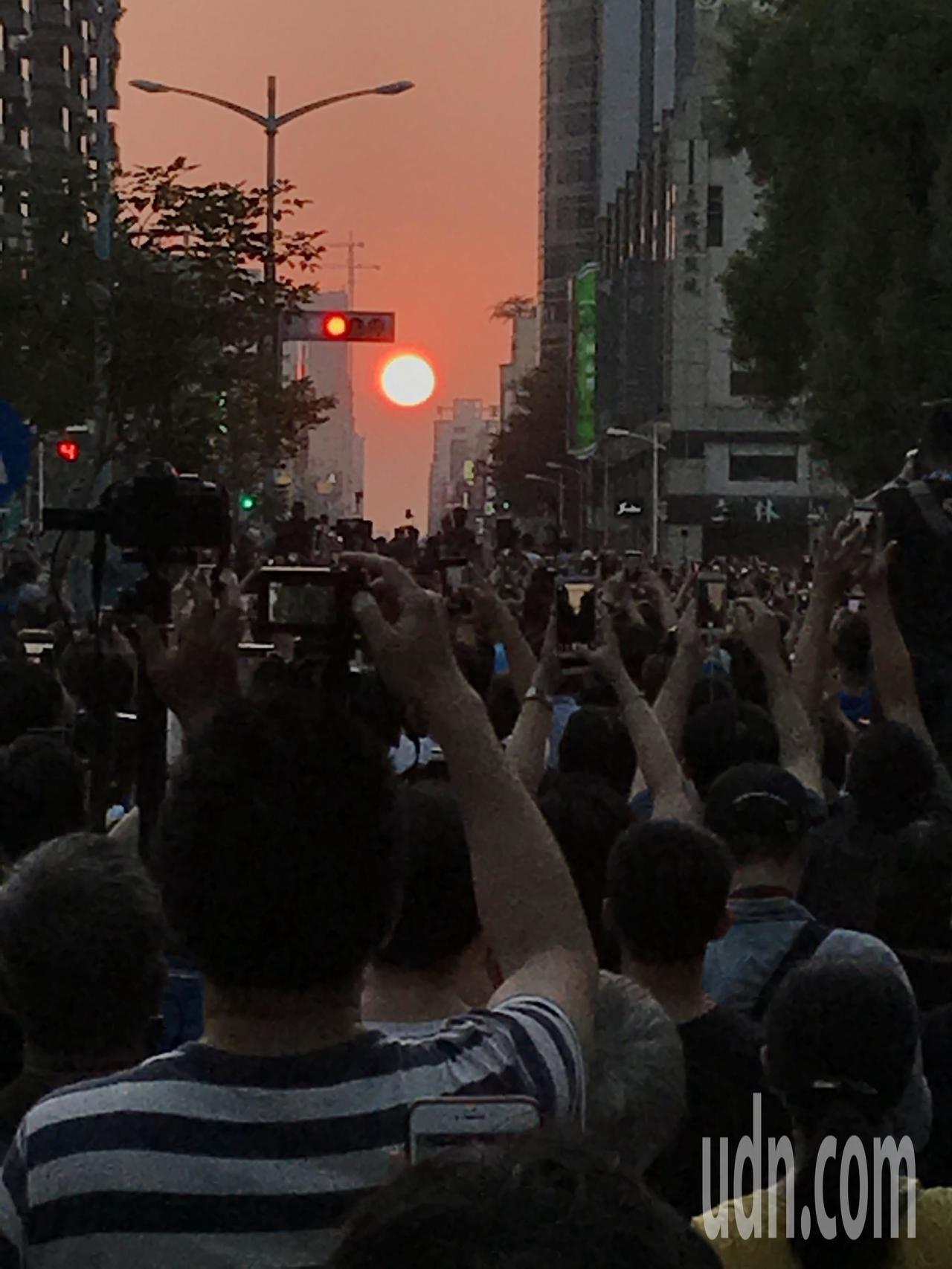 民眾搶拍高雄版「曼哈頓懸日」美景。記者林伯驊╱攝影