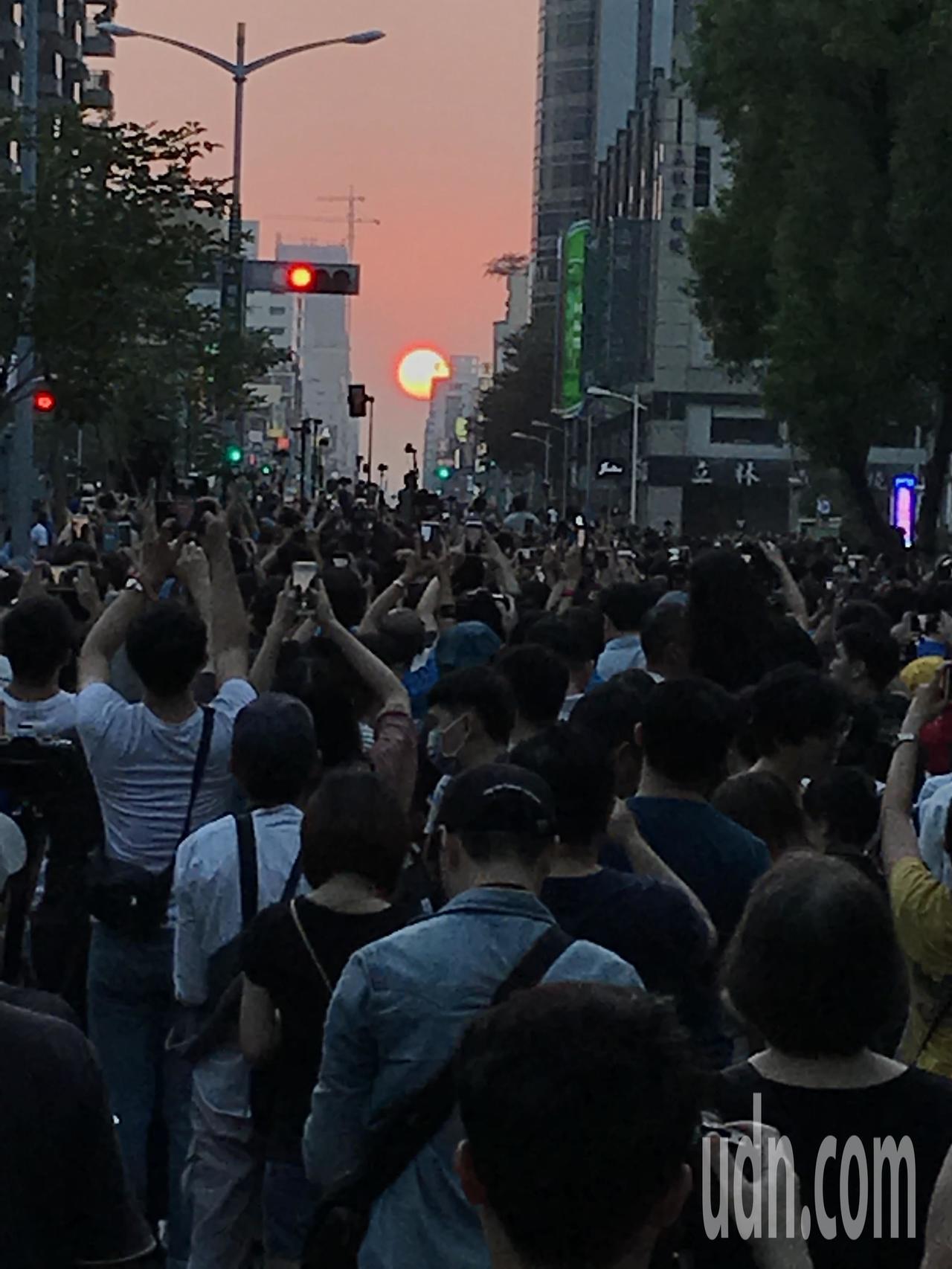 今天高市青年路出現「曼哈頓懸日」美景。記者林伯驊╱攝影